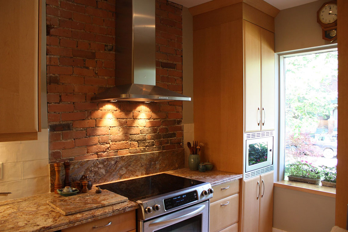 fantastic-brick-look-kitchen-wall-tiles_orange-tile-brick-backsplash_beige-solid-wood-kitchen-cabinet-hardware_beige-granite-kitchen-countertops_grey-metal-gas-range-s