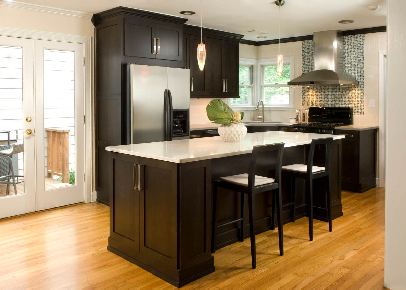 Kitchens With Light Wood Floors And Dark Cabinets