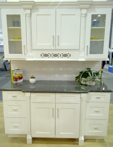 Ice white shaker kitchen picture - Shaker kitchen cabinet hardware ...